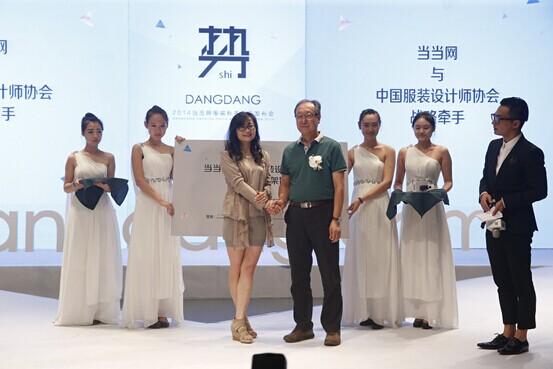中国服装设计师协会主席,清华大学美术学院教授李当岐表示,鼓励