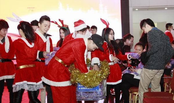 广东时尚职业培训学院学院新闻讯:圣诞老人派礼物