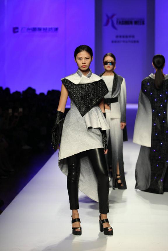 设计师通过自己对服装结构的独特理解,面料的创新运用,色彩的变化重组